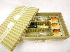 Caixa forrada em tecido com 4 divisórias para 2 taças + 1 mini bebida + 3 doces. Ótima opção para presentear os padrinhos de casamento. Produtos não inclusos. R$ 94,50