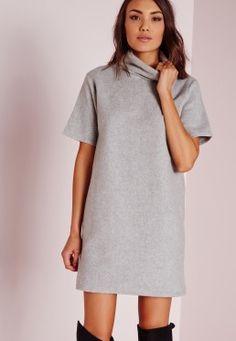 Robe-pull grise à manches courtes et col roulé