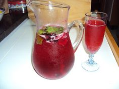 "For English version click here: ""Sangria with Sparkling Wine and Berries""   Esta sangria é tão gulosa! Cuidado para não se distraír..."