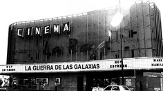 Cinema LA Raza. Ubicado sobre lo que hoy es el Circuito Interior, en la zona norte de la Ciudad de México.