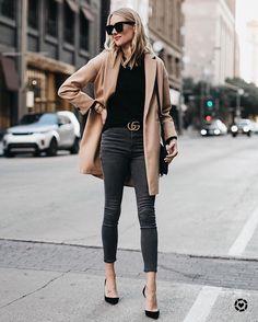Pantalones grises y abrigo camel - ELLE.es