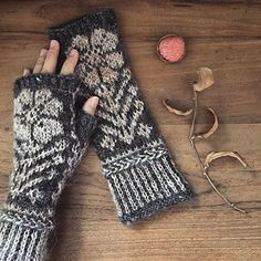 Ravelry: Hemma pattern by Inese Sang Loom Knitting Patterns, Knitting Stitches, Knitting Socks, Knitting Projects, Hand Knitting, Knitting Tutorials, Hat Patterns, Stitch Patterns, Crochet Gloves