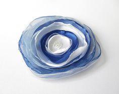 Anstecker Organza-Satin-Blüte blau-weiß von soschoen auf DaWanda.com