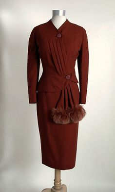 rusty colored Lilli Ann suit with fox fur swag. Stunning fashion per… rusty colored Lilli Ann suit 1940s Outfits, 1940s Dresses, Retro Outfits, Vintage Dresses, Vintage Outfits, Vintage Clothing, Fashion Moda, 1940s Fashion, Vintage Fashion