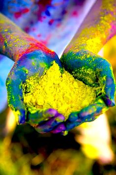 Holi festival is particularly celebrated in Northern India but celebrated in other areas of India. The festival is called the holi festival of colour, people take part in this for spiritual reasons. Holi Festival Of Colours, Holi Colors, World Of Color, Color Of Life, Hand Fotografie, Color Fight, Mode Collage, We Are The World, Jolie Photo