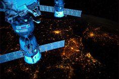 Over nachtelijk Europa. Op deze momenten kun je ISS zien. Beneden nog/al donker, zon op het station. www.heavens-above.com of volg @Derya Yıldızdoğan
