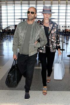 Look do casal Rosie Huntington-Whiteley e Jason Statham no aeroporto.