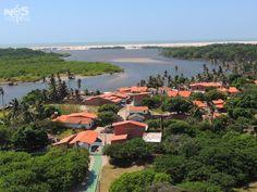 A linda vista a partir do alto do Farol Preguiças no povoado de Mandacaru, estado do Maranhão, Brasil, na região dos Pequenos Lençóis Maranhenses. Pode-se ver o Rio Preguiças e mais ao fundo o mar.