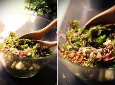 """""""Tähän salaattiin tarvitsee erilaisia salaatteja (mä käytin lollo rossoa ja rucolaa), fetaa, mozzarellapalloja, sipulia, kirsikkatomaatteja, kurkkua, päärynää, paahdettuja auringonkukansiemeniä, vihreää pestoa ja parmesaanilastuja."""" Annika O"""