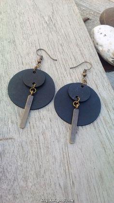 Recycled rubber earrings and bronze metal pendant - Round earrings Oorbellen samengesteld u. Diy Leather Earrings, Diy Earrings, Leather Jewelry, Wire Jewelry, Earrings Handmade, Jewelry Crafts, Beaded Jewelry, Jewellery, Round Earrings