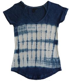 This 100% linen knit t-shirt (Cynthia Rowley size M) was folded in two directions before being dipped into the indigo. It measures approximately 32 inches around under the arms, 25 inches from the back neckline to the bottom, 20 inches from the bottom of the V neck to the bottom hem, and flares out slightly to 34 inches around the bottom.* Machine wash in cold on gentle cycle and dry flat.      *A note about measurements: Sizes vary across manufacturers. To get an idea of how this might fit…