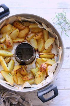 Le patate al forno sono un contorno gustoso che va bene per accompagnare qualsiasi secondo piatto, risolvono pranzi o cene ...
