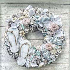 DIY Beach Decor Style Wreaths for Your Home DIY Beach Decor Style Wreaths for Your HomeWhether it's your beach house or you like to style your home with a slightly nautical, sand-inspi Nautical Wreath, Seashell Wreath, Seashell Art, Seashell Crafts, Beach Crafts, Easter Wreaths, Holiday Wreaths, Diy Wreath, Burlap Wreath