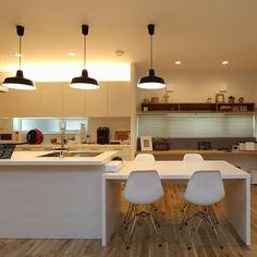 """キッチンとダイニングテーブルを並べて配置する""""ストレートダイニング""""。 同じデザイン、同じ面材で揃えられるグラフテクトなら、LDK空間の主役にもなれるのではないでしょうか。 #キッチン #75万円 #ダイニングテーブル #9万円 #graftekt #グラフテクト #kitchenhouse #の姉妹ブランド #kitchen #家づくり #新築 #リフォーム #interior #健康住宅"""