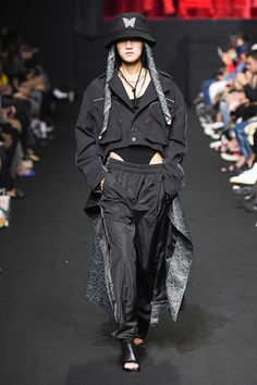 SFW : Seoul Fashion Week CHARM'S SS19 Seoul Fashion, Tokyo Fashion, Runway Fashion, Sporty Outfits, Trendy Outfits, Fashion Outfits, Holographic Fashion, Haute Couture Looks, Japanese Streetwear