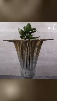 Awesome cement craft & home decor ideas! Cement Flower Pots, Diy Concrete Planters, Concrete Garden, Cement Pots, Diy Crafts For Home Decor, Diy Crafts Hacks, Diy Crafts For Gifts, Concrete Crafts, Concrete Projects