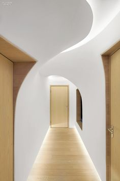Penda creates snowdrift-inspired interiors for a Chinese ski retreat Architecture Renovation, Light Architecture, Architecture Details, Architecture Interiors, Flur Design, Plafond Design, Escalier Design, Blitz Design, Corridor Lighting