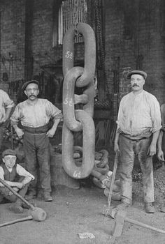 Men stand with the giant chain links that were forged for the Titanic's Hingley anchor, 1910 At the time, the Titanic had the largest anchor in the entire world.