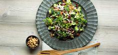 Bilde av brokkolisalat med bacon, rødløk og granateple