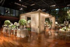 Uma chupá foi montada em meio ao salão - Decoração de Luxo Vic Meirelles                                                                                                                                                                                 Mais