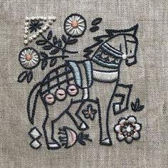 #embroidery #刺繍 #ハンドメイド #手仕事 #annasのどうぶつ刺繍 #川畑杏奈 #ウクライナの馬 今回も手提げに仕立てました。