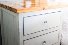 How to DIY Finish an Ana White Reclaimed Wood Look Bedside Table (Tutorial) - Building Our Rez Painting Outdoor Wood Furniture, Diy Furniture Easy, Diy Wood Projects, Furniture Projects, Woodworking Projects, Diy Storage Bench, Storage Chest, Diy Bedroom, Bedroom Storage