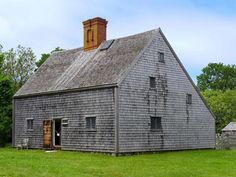 The Jethro Coffin House is the oldest home on the island of Nantucket. Located on Sunset Hill Road, the saltbox style home was built in 1686 as a wedding present for Mr. Coffin and his new bride, Mary Gardner. New England Style, New England Homes, England Houses, Saltbox Houses, Old Houses, Nantucket Island, Nantucket Style, Colonial Architecture, House Built