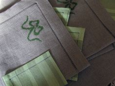 Pair of placemats for breakfast, pure raw linen, finished with point-to-day and garnished by a lovely green ribbon embroidered cross-stitch.  The placemats are complemented by delicate linen napkins in shades of green.  The size of the placemat is approximately 45 cm x 36 cm.  Handmade creation, any imperfections are due to manual processing.  The sending, by priority mail, it is free only for the country.