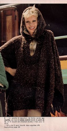 Un poncho à capuchon. Un modèle de Mon tricot ouvrage M 122 de novembre 1975.