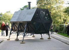 The walking house de N55, créée en 1994. Design d'espace, Maison qui se déplace, Stabilité sur 3 jambes lors d'un déplacement, Possède une micro-serre, une éolienne, un panneau solaire sur le toit.