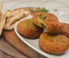 Het recept voor zelfgemaakte Falafel, een heerlijk gezond vegetarisch hoofdgerecht. Serveer de falafel met wat pita brood of platbrood, sla en een knoflooksausje of yoghurt-munt dressing.