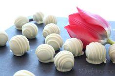 marsipan med lakris og hvitsjokolade Slik, Mini Cupcakes, Candy, Desserts, Food, Sweet, Toffee, Meal, Candy Notes