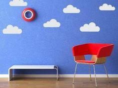 Olha essa ideia bem fácil e bonita...você faz um molde de nuvens, recorta o contact branco, cola numa parede de um azul anil e ganha um hallzinho de entrada ou um cantinho para leitura super descolado! Ficaria bom num quarto de criança também..