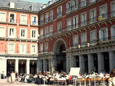 En Madrid, a pocos metros de Sol, se encuentra la plaza Mayor, uno de los rincones con más tradición de la capital española. Fotografía de Adrián Martín Alonso.