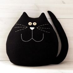 Very large black cat. Fits ideally in any room of the house . - Very large black cat. Ideally fits into any room in the house. A good companion for children. Sewing Toys, Sewing Crafts, Sewing Projects, Fabric Toys, Fabric Crafts, Grand Chat, Fabric Animals, Cat Quilt, Cat Pillow