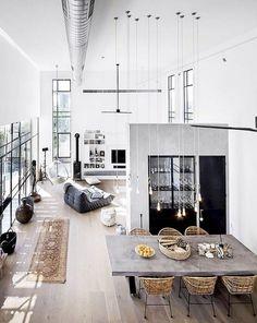 Une pièce de vie de loft avec une hauteur sous plafond vertigineuse