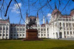 Visitar a Praça do Parlamento é uma das dicas de o que fazer em Budapeste