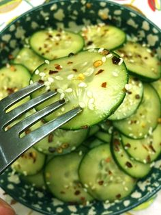 This Asian spicy sesame cucumber salad is so crunchy and addictive! The dressing is simply mouthwatering! Once you taste one of these thin spicy marinated cucumber slices, you'll automatically reach for more! When the spicy red pepper flakes and the crunc Cucumber Salad Vinegar, Asian Cucumber Salad, Cucumber Recipes, Healthy Salad Recipes, Diet Recipes, Healthy Snacks, Juicer Recipes, Vinegar Coleslaw, Vinegar Cucumbers