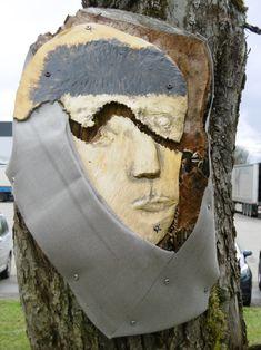 Einer meiner lieblings Gesichter, dieser Aststumpf hatte einen tiefen Riß, so hatte ich den Wunsch ihn zu verbinden - dadurch kam ich auf Van Gogh Selbsbildnis mit dem Verband. Der Riß setzt sich im Bronze Van Gogh Poträt fort, zeigt die Innere Zerissheit des Künstlers. Die Metallgaze ist vom Parallel-Projekt Bad Elster Seilfiguren. Siehe auch hier unbedingt das Arbeitsbild im Anhang