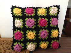 Almofada crochê - Criação Lourdinha Reis Salles
