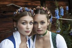 The weekend is coming to an end. But the oktoberfest starts next week! Dirndl on the left dirndl on the right fashion girls. Oktoberfest Outfit, Oktoberfest Hairstyle, Oktoberfest Party, German Hairstyle, Drindl Dress, Lesbian Wedding Photography, Crown Hairstyles, Hairdos, Flower Fashion