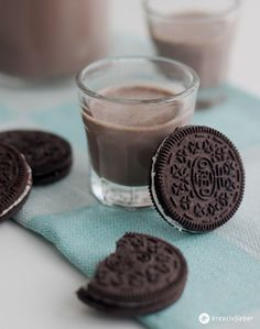 Oreo Likör – Leckerschmecker Mädelsabend A treat for the perfect girl's evening: Oreo liqueur! Super delicious and creamy made with white rum! Dessert Oreo, Oreo Desserts, Dessert Food, Smoothie Drinks, Smoothie Recipes, Homemade Liquor, Ron, Vegetable Drinks, Diy Food