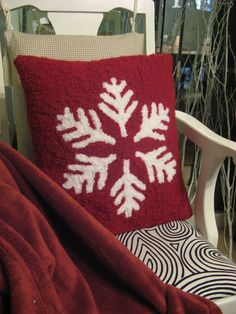 Punchneedle snowflake pillow cover Christmas Red Truck, Christmas Punch, Embroidery Flowers Pattern, Flower Patterns, Needle Cushion, Snowflake Pillow, Punch Needle Patterns, Rug Hooking Patterns, Punch Art