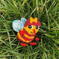 Mireille l'abeille  quand j'étais petite j'adorais lire les livres de la série «drôles de petites bêtes» et maintenant je trouve toujours les personnages aussi mignons alors j'ai décidé de les faire en perles. J'en ai bavé pour les diagrammes, ils ne sont pas évidents à faire car les dessins originaux ont un effet mat et fondu assez particulier, alors j'espère que vous allez les trouver assez fidèles  d'autres sont déjà dessinés, ça vous intéresse que je vous les montre ?  le modè...