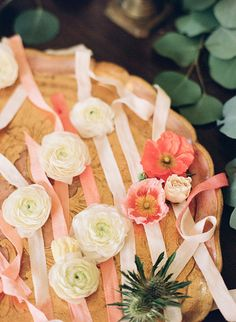 造花のコサージュをつけたリボンを用意しておき、女性ゲストの手首に巻きつけてもらえば、ゲストの気分も上がって、記念にもなります。