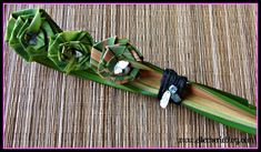 Have you heard of flax flowers? Not sure how to make them? Read on to see a step by step guide on how to make this beautiful flower that last a long time. Flax Flowers, Diy Flowers, Flower Diy, Palm Frond Art, Palm Fronds, Flax Weaving, Diy Plastic Bottle, Flax Plant, Maori Designs