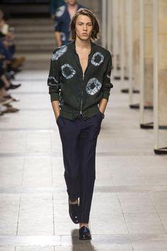 Retrouvez les photos du défilé Hermès Homme Printemps-été 2017, les meilleurs moments en vidéo, ainsi que les coulisses et les détails du show