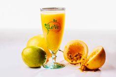 🍹FRUIT DE LA PASSION Ce delicieux fruit exotique est riche en fer, vitamines a et c. C'est un puissant antioxydant qui previent la formation de radicaux libres. Il renforce le systeme immunitaire et ralentit le vieillissement premature. Il regule la pression sanguine et aide a la perte de poids. Diuretique, antibacterien, anti inflammatoire et analgesique. Il aide au traitement de la depression et reduit le taux  de cholesterol. Le Tamarin, Fruit Orange, La Constipation, Aide, Pint Glass, Flute, Passion, Vegan, Tableware