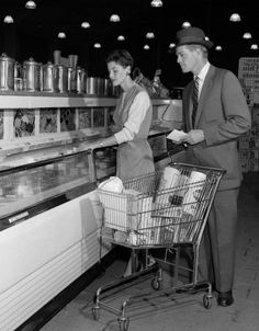 Vintage Fashion couple in supermarket at freezer with shopping cart - Vintage Fur, Retro Vintage, Old Pictures, Old Photos, 1950s Culture, Retro Housewife, Black And White Pictures, The Good Old Days, Vintage Photography
