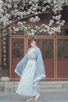 汉服私影醉是离人愁摄影:麻尤酱后期造型自… | 半次元-二次元爱好者社区 Chinese Traditional Costume, Korean Traditional Dress, Traditional Fashion, Traditional Dresses, Asian Woman, Asian Girl, Beautiful Chinese Women, Chinese Clothing, Hanfu